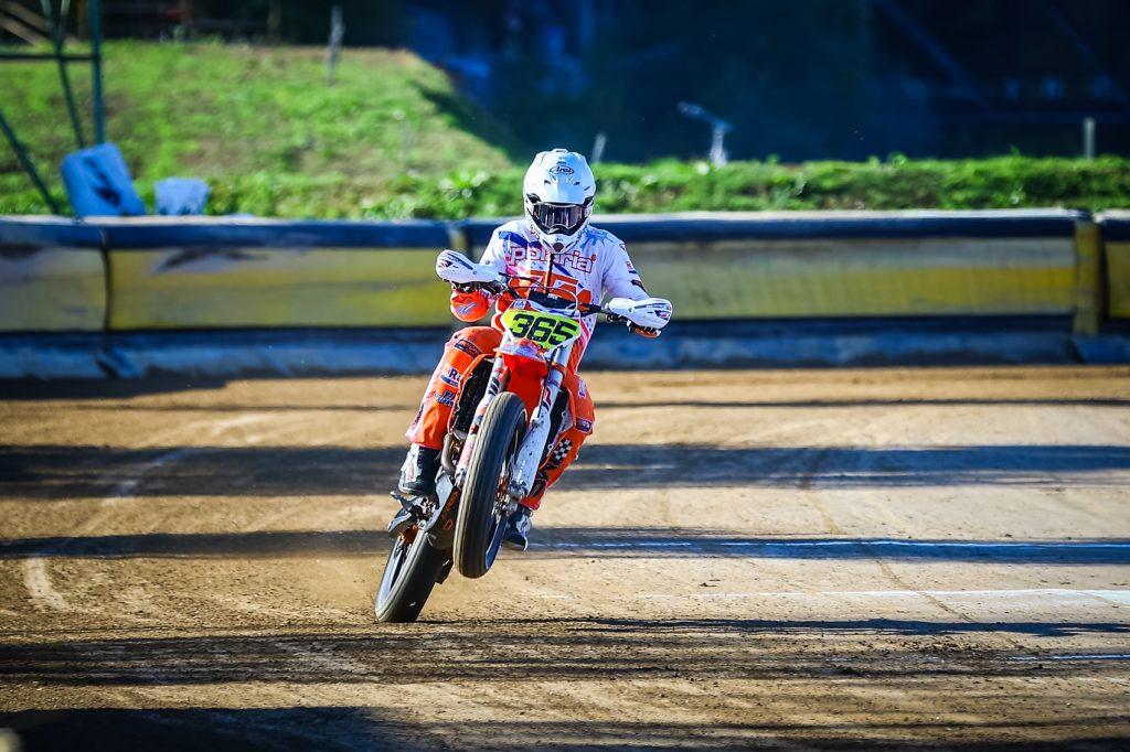 Flat trackin historiallinen maailmanmestaruus suomen Lasse Kurviselle Italiassa
